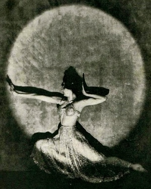 Virginia Beardsley in a tableau pose.1922/The Tatler/USPD.pub.date/Commons.wikimedia.org)