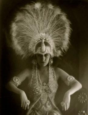 1919. Gloria Swanson in elaborate costume. pub.photo. Cecil B. DeMille (USPD.pub.date/Commons.wikimedia.org)