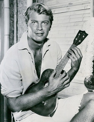 1959. Troy Donahue playing uke in TV show Hawaiian Eye.(ABC/USPD.Pub.date, no cr/Commons.wikimedia.org)