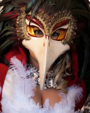 Carnavale masked woman.2013. Frank Kovalchek/Flickr/Commons.wikimedia.org)