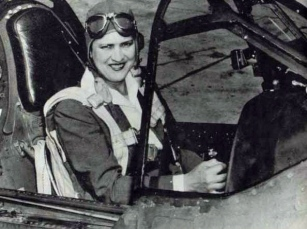 WASP.Jackie Cochran in cockpit of Curtiss P-40 Warhawk fighter plane. Head of Women Airforce Service Pilots (US Air Force/USPD/Commons.wikimedia.org)