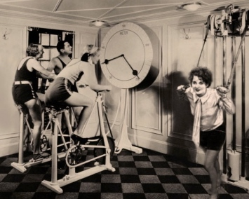 women exercising.1924 women spinning in gym (image from Spinning 4health.cz/Commons.wikimedia.org)