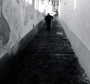 Old man walking down narrow street/GanMed64/FLickr/Commons.wikimedia.org)