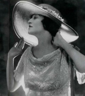 woman in fancy hat.1919. Adolf de Meyer (USPD.pub.date/Commons.wikimedia.org)