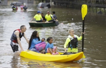 people in boats.citizen rescuers.(Melissa Phillip/Hou.Chron:chron.com)