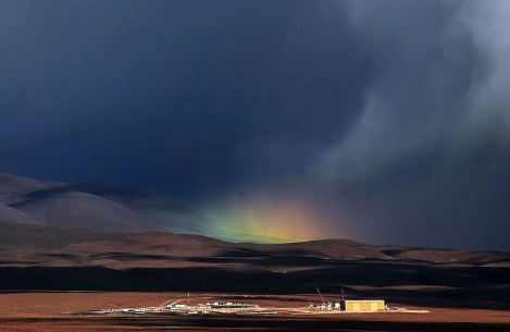 Rainbow rising over Atacama base camp for ALMA Observatory. (ESO:A. Silber/Commons.wikimedia.org)