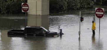 truck in flood water.(James Nielsen/Hou.Chron/chron.com)