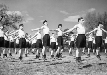 1942. New recruits Royal Air Force exercising and jumping. (PD. UK gov. Pub.date/Commons.wikimedia.org)