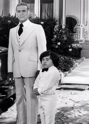1977 Fantasy Island's Montalban and Herve Villechaize waiting to welcome guests. (ABC tv/USPD: pub.date, no cr/Commons.wikimedia.org)