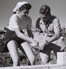 1946 couple. Young man and woman building concrete block house. (Kluger Zoltan.fickr.com/people:6906147@NO5/ Commons.wikimedia.org)