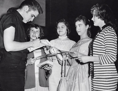 Elvis and girls getting autographs. 1956. Minneapolis Tribune. USPD. pub.date/Commons.wikimedia.org