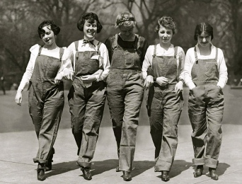 Girls in overalls. five US Congressional Secretaries in overalls. 1920. Carl Thorner/USPD: pub.date, exp cr/Commons.wikimedia.org)