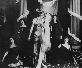 The real Mata Hari dressed in raqs sharaqi among group of similar women. Photo in Museum Guimet, Paris (PD. pub. date/Commons.wikimedia.org)
