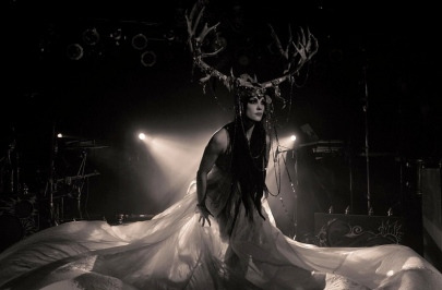 Eerie person in antlers and spooky lighting.Zoe Jakes performing. Danecarney, 2012.(PD. Commons.wikimedia.org)