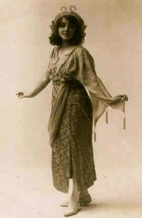 elegantly woman from 1900-1918-ish Alber Sachs /Walter Scott-photographers. Bradford.Yorkshire. (USPD: pub-date/ Commons.wikimedia.org)