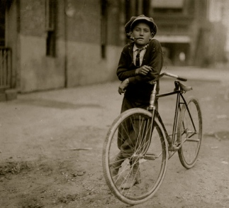 Boy and bike. 1908-messenger-boy. Mackay Telegraph Co. /Waco TX /Lewis Hine. 1874-1940-Lib of Congress (USPD:date of pub, LoC/Commons.wikimedia.org)