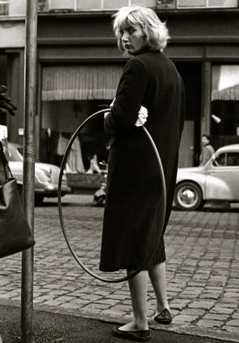woman with Hula Hoop.1958 German Federal Archives. bundersarchiv b-145-bild-F006150-005 unterberg-rolf(Commons-wikimedia-org)