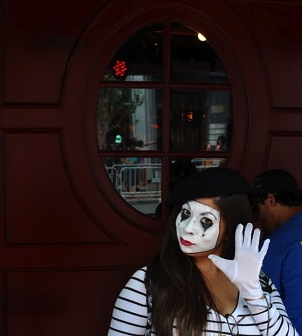 . Mime in San Diego, 2013 Christopher Brown/flickr/Commons.wikimedia.org)