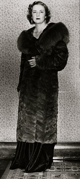 Woman in fur coat. 1936.Society Girls fashion model. (John Oxley Library Queensland Australia / USPD: pub.date,/ Commons.wikimedia.org)