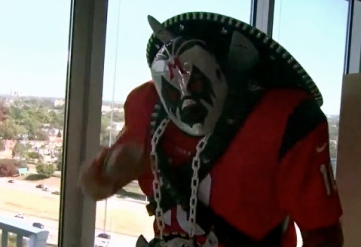 Man in costume. Superfan NFL outfit (screenshot.click2houston.org)