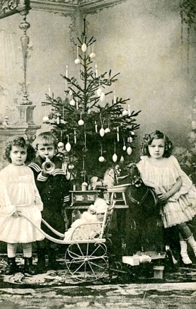 Victorian Children on Christmas postcard (archives of Oscar Andersen.1912-1915.Nat.Archives of Norway/flickr/PD/Commons.wikimedia.org)