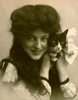 woman with cat. (1901-evelyn nesbit holding cat. By Sarony. From Harvard University collection/USPD-pub.date/Commons.wikimedia.org)