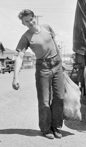 Boy carrying lumpy bag. 1940 WPA youth. (NARA/ USPD. created by US agency, pub.date/Commons.wikimedia.org)