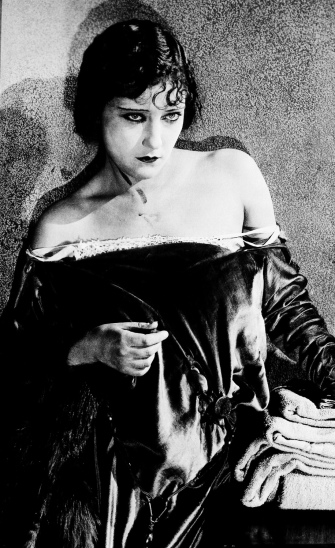 Sultry dramatic vintage picture of Gloria Swanson.1920 Paramount.( USPD.pub.date/ Commons.wikimedia.org)