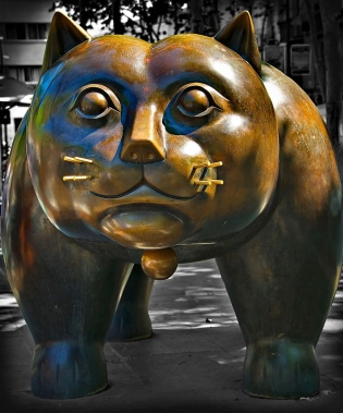 Giant sculpture of cat looking at you. Gato by Fernando Botero, 1932 (Al Sanin/Commons.wikimedia.org)