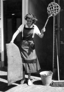 Woman cleaning. Housewife. Netherlands. 1955. (Flickr/Nationaal Archief/USPD.no cr/ pub.date/Commons.wikimedia.org)