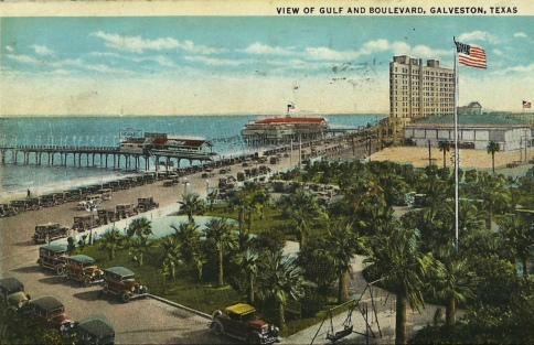 Galveston beach and boulevard. 1934.post card by C.T.American Art Colored Chicago, Ill. (Seawall Specialty Co./Commons.wikimedia.org)