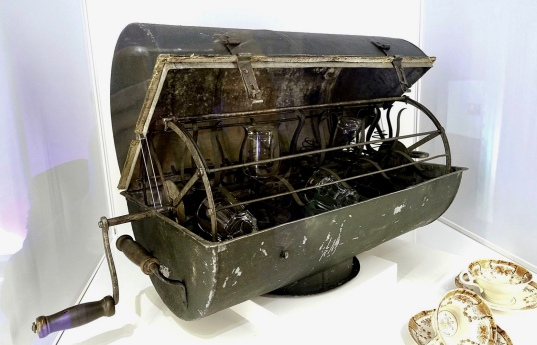 Hand-powered dishwasher invented by Carl Hultenberg, 1860.Tekniska museum, Stockholm Sweden.(USPD. pub.date, artist life, photo permitted without restrictions/Commons.wikimedia.org)