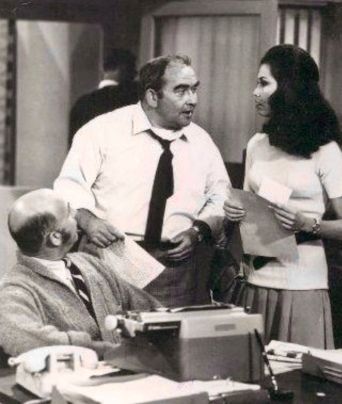 Woman and men talking in office. Mary Tyler Moore Show. Station's newsroom. CBS (USPD.Pub.date, no cr marks/Commons.wikimedia.org)