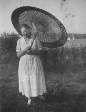 Woman with parasol by lake. (Leo Baeck Institute/USPD. pub.date/Flickr/Commons.wikimedia.org)