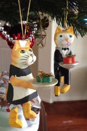 Christmas ornaments: cat couple carrying presents and dressed as servants. (Image:© all rights reserved, copyrighted, NO permissions granted)