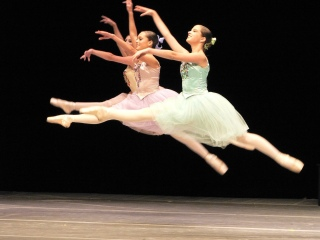 Three ballet dancers in colorful skirts leaping.( Jeff Medaugh/Commons.wikimedia.org)