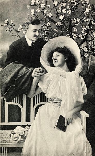 Happy Valentine vintage couple. 1925. Lib. of Norway/USPD.pub.date, artist life/Commons.wikimedia.org)