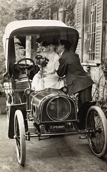 Valentine postcard. Couple in vintage car.Nat.Lib.of Norway (USPD artist life, pub,date/Commons.wikimedia.org)