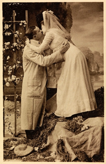 Valentine couple standing. Nast.Lib.of Norway (USPD. pub.date, artist life/Commons.wikimedia.org)