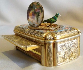 Mechanical bird on top of ornate gold music box. Swiss singing bird box by Charles Bruguier Geneve, 536 (Gavin Douglas/Commons.wikimedia.org)