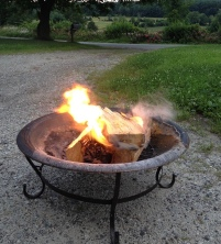 Blazing fire pit in the country (JWolf78/ USPD, released to PD/Commons.wikimedia.org)