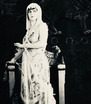 woman in white. Betty Blythe in Queen of Sheba Fox Film Corp. (USPD. 1920 pub.date,/ Commons.wikimedia.org)