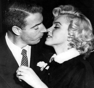 Marilyn Monroe and Joe DiMaggio kissing when married on Jan.1954, Macfadden pub. (USPD. no cr notice, pub.date, artist life/Commons.wikimedia.org)
