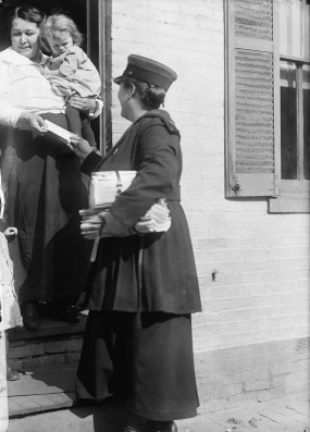 1919 Mrs Parmlee woman mail carrier handing mail to mom and child (LoC/USPD, artist life/Commons.wikimedia.org)