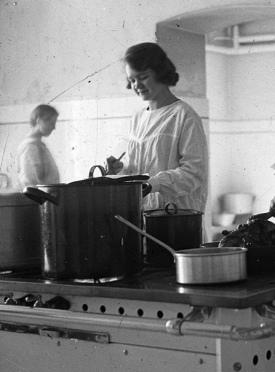 Woman cooking in kitchen. Wirthmann Julianna/(USPD. Pub.date/Commons.wikimedia.org)