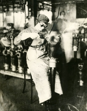 Woman working in factory. (USPD: NARA, 1940's pub.date/Commons.wikimedia.org)