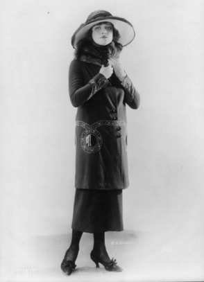 Woman in hat and fur coat. (1920. LoC/USPD. Pub.date, artist life, gov. image/COmmons.wikimedai.org)