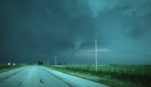 tornado sighting along road. 1976OK (USPD. NOAA gov. agency/COmmons.wikimedia.org)
