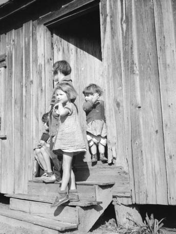 Children in front of farm house. Schwarzenbach/ Swiss Nat.Lib. (USPD.artist life, pub.date/Commons.wikimedia.org)