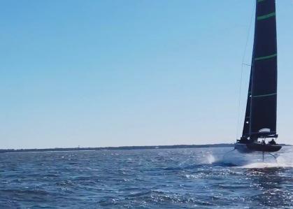 Sailboat sailing up on foils (Screenshot The Sailing Show)